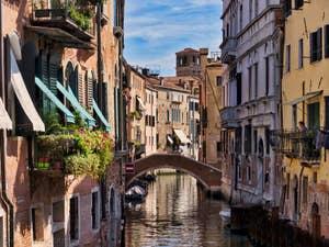 Le Rio dei Santi Apostoli et le pont Giustinian, dans le Cannaregio à Venise.