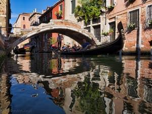 Gondole sous le pont Chiodo, dans le Cannaregio à Venise.
