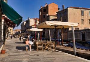 Fondamenta dei Ormesini pont de Ca' Loredan, dans le Cannaregio à Venise.