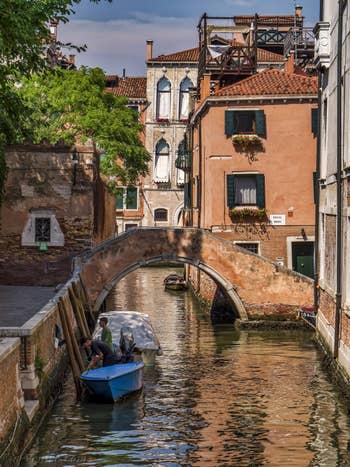 Le pont Moro et le Riello dei Servi, dans le Cannaregio à Venise.