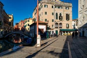 Le Rio et le pont del Mondo Novo le long du Campo Santa Maria Formosa dans le Castello à Venise
