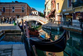 Ciel bleu, gondole, reflets, couleurs : toute la beauté de Venise sur le Rio et devant le pont dei Frari dans le Sestier de San Polo, ce midi 29 décembre 2019