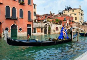 Une nouvelle Sophia Loren à Venise ? En gondole devant le pont Cavallo en face du Campo San Giovanni e Paolo dans le Castello à Venise
