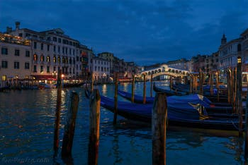 Gondoles sur le Grand Canal de Venise, au fond le pont du Rialto, le 19 novembre 2019