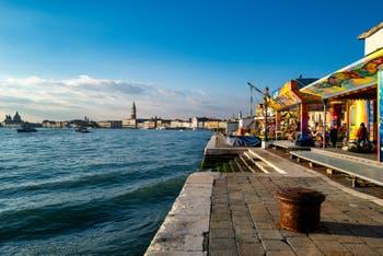 Soleil et couleurs pour les manèges du bassin de Saint-Marc ce samedi 28 décembre