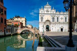 Coronavirus Covid-19 à Venise : la Scuola Grande San Marco et le rio dei Mendicanti, le long du Campo San Giovanni e Paolo dans le Castello