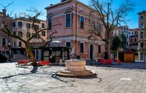 Venice en quarantaine Coronavirus : Le Campo San Giovanni e Paolo dans le Sestier du Cannaregio, le marchand de journaux est le seul encore ouvert.