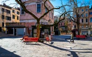 le Campo dei Santi Apostoli et son marchand de journaux encore ouvert, dans le Sestier du Cannaregio à Venise
