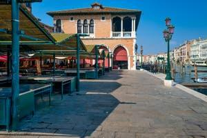 l'Erbaria déserte au marché du Rialto, dans le Sestier de San Polo à Venise