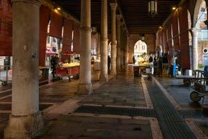 le marché aux poissons du Rialto, quelques stands de vente seulement et peu de clients, dans le Sestier de San Polo à Venise
