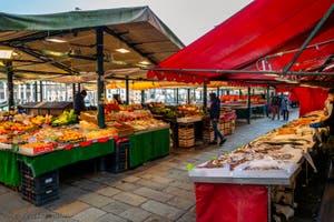 l'Erbaria, plus de vendeurs que de clients, dans le Sestier de San Polo à Venise