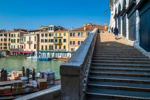 le Grand Canal de Venise et le pont du Rialto, dans le Sestier de San Marco à Venise