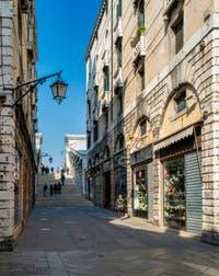 la rue d'accès au pont du Rialto, habituellement si animée, un endroit où l'on a souvent du mal à passer vu le nombre de passantsdans le Sestier de San Marco à Venise