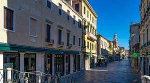 La Strada Nova désertée, dans le Sestier du Cannaregio à Venise