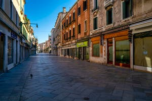 Les commerces fermés dans la Strada Nova, dans le Sestier du Cannaregio à Venise