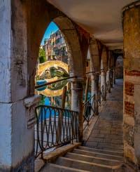 Le Sotoportego del Magazen, le long du rio de Ca'Widmann, dans le Cannaregio à Venise