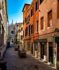 Coronavirus Covid-19 à Venise : la calle Giacinto Gallina dans le Cannaregio et au fond la Basilique San Giovanni e Paolo