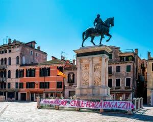 Coronavirus Covid-19 à Venise : le soutien des Vénitiens au personnel soignant de l'hôpital civil de Venise, parmi les plus touchés ici. Au pied de la statue de Bartolomeo Colleone sur le Campo San Giovanni e Paolo dans le Castello
