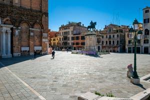 Coronavirus Covid-19 à Venise : le Campo San Giovanni e Paolo vu depuis le pont Cavallo avec la statue de Bartolomeo Colleoni, le Colleone, dans le Sestier du Castello