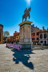 Coronavirus Covid-19 à Venise : la statue fière de Bartolomeo Colleoni sur le Campo Santi Giovanni e Paolo dans le sestier du Castello