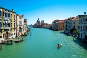 Coronavirus Covid-19 à Venise : le Grand Canal vu depuis le pont de l'Accademia avec l'église de la Madonna de la Salute au fond