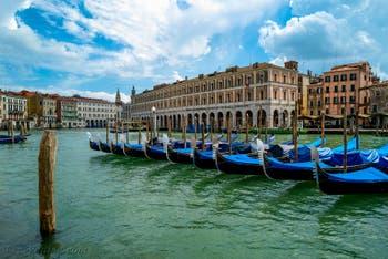 Le Gondole sul Canal Grande di Venezia durante il lockdown del Covid-19 Coronaviru a Venezia