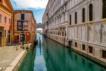 Il Rio della Canonica e il Palazzo Ducale di Venezia durante il lockdown del Coronavirus Covid-19, il ponte degli Sospiri e il ponte della Paglia a Venezia