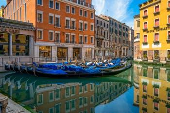 Venezia Deserta, il Bacino del Orseolo e le sue gondole endormentate durante il lockdown del Covid-19 Coronavirus a Venezia