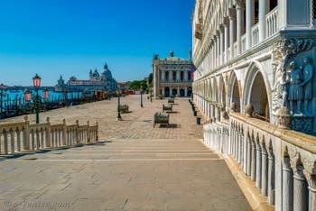 Venezia Deserta, il molo di San Marco visto dal ponte della Paglia e il Palazzo Ducale di Venezia durante il lockdown del Covid-19 Coronavirus a Venezia