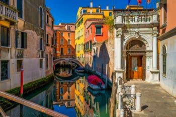 il Rio di San Zulian e il ponte Balbi a San Marco durante il lockdown del Covid-19 Coronavirus a Venezia alla primavera 2020