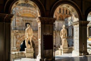 L'escalier des Géants du Palais des Doges à Venise avec Neptune et Mars représentant l'autorité de Venise sur la mer et sur les terres. C'est au sommet de cet escalier que le Doge recevait le Corneau Ducal.