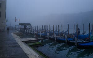 Joli brouillard ce matin à Venise, les gondoles de la Riva del Vin, le long du Grand Canal.