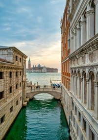La vue sur le pont de la Paille, le bassin de Saint-Marc et l'île de San Giorgio Maggiore depuis le pont des Soupirs à Venise.