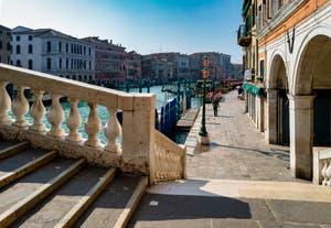 La Riva del Vin vue depuis le pont du Rialto, avec un seul passant ! Dans le Sestier de San Polo à Venise