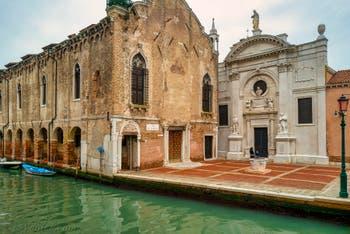 Le Campo de l'Abazia avec la Scuola Vecchia della Misericordia, là où Tintoret a peint Le Paradis qui se trouve aujourd'hui au Palais des Doges, et l'église Santa Maria Valverde, dans le Sestier du Cannaregio à Venise.