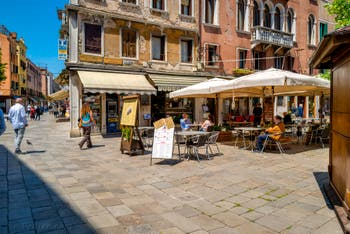 La Strada Nova et le Campo dei Santi Apostoli, dans le Cannaregio à Venise.