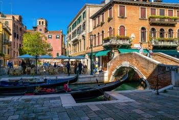 Gondoles sur le Rio dei Miracoli devant le Campo et le pont de Santa Maria Nova, dans le Sestier du Cannaregio à Venise.