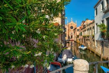 En Paddle Board sur le Rio Brazzo, devant l'église de la Madonna de l'Orto, dans le Sestier du Cannaregio à Venise.