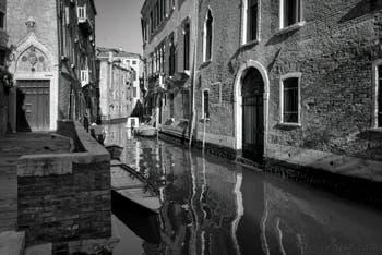 L'entrée du palais Van Axel et le Rio de la Panada, dans le Cannaregio à Venise.