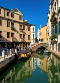 Gondole sur le Rio de la Maddalena, devant le pont Sant' Antonio, dans le Sestier du Cannaregio à Venise.