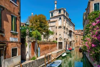 Le Palazzo Van Axel, le long du Rio de la Panada, dans le Sestier du Cannaregio à Venise.