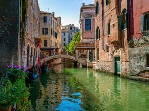 Gondoles sur le Rio et devant le pont dei Santi Apostoli, dans le Sestier de Cannaregio à Venise.