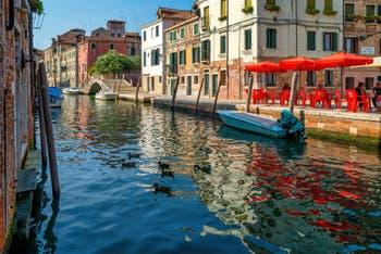 Le Rio de la Sensa devant le Campo dei Mori et le pont Brazzo, dans le Sestier du Cannaregio à Venise.