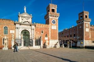 Le Campo et l'entrée de l'Arsenal de Venise, dans le Sestier du Castello.
