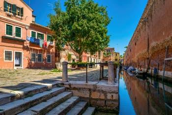 Le Campo et le Rio de le Gorne le long de l'Arsenal de Venise dans le Sestier du Castello.