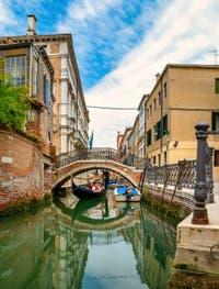 Gondole sur le Rio et sous le pont de San Severo, dans le Sestier du Castello à Venise.