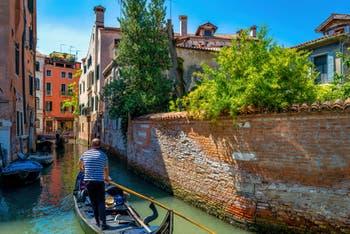 Gondole sur le Rio de San Severo, dans le Sestier du Castello à Venise.