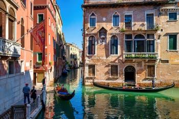 Gondoles devant la Fondamenta de l'Anzolo et le palais Soranzo, dans le Sestier du Castello à Venise.