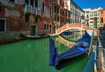Gondoles sur le Rio de San Severo devant le pont Novo, derrière le pont à gauche, le Palazzo Grimani, dans le Sestier du Castello à Venise.