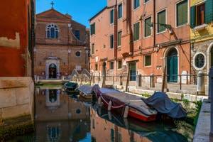 Le Rio de le Gorne et l'église de San Martino, dans le Sestier du Castello à Venise.